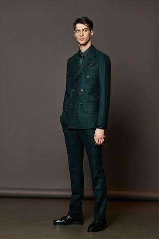 Модный лук: темно-зеленый костюм в клетку, темно-зеленая классическая рубашка, черные кожаные лоферы с кисточками, темно-зеленый галстук