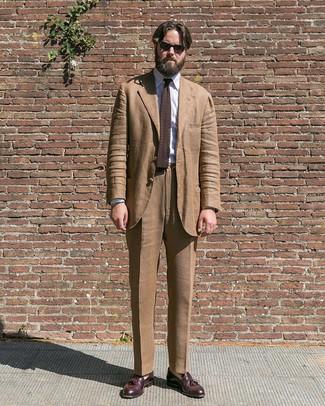Как и с чем носить: коричневый костюм, белая классическая рубашка в вертикальную полоску, темно-красные кожаные лоферы с кисточками, темно-коричневый вязаный галстук