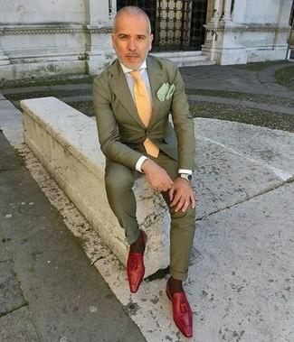 Как и с чем носить: оливковый костюм, белая классическая рубашка, красные кожаные лоферы с кисточками, желтый галстук