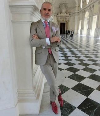 Как и с чем носить: серый костюм, голубая классическая рубашка, красные кожаные лоферы с кисточками, розовый галстук