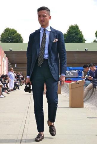 Как и с чем носить: черный костюм, голубая классическая рубашка, темно-коричневые кожаные лоферы с кисточками, оливковый галстук с принтом