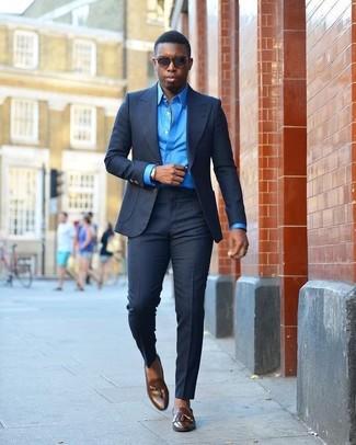 Как и с чем носить: темно-синий костюм, синяя классическая рубашка, темно-коричневые кожаные лоферы с кисточками, темно-коричневые солнцезащитные очки