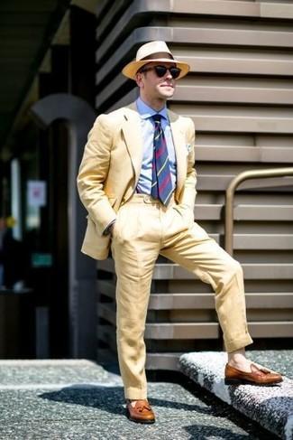 Как и с чем носить: желтый костюм, голубая классическая рубашка, коричневые кожаные лоферы с кисточками, светло-коричневая соломенная шляпа