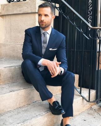 Как и с чем носить: темно-синий костюм, белая классическая рубашка, черные кожаные лоферы с кисточками, серый галстук в шотландскую клетку