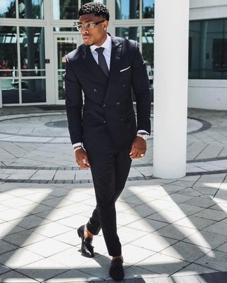 Как и с чем носить: черный костюм в вертикальную полоску, белая классическая рубашка, черные кожаные лоферы с кисточками, черно-белый галстук в горошек