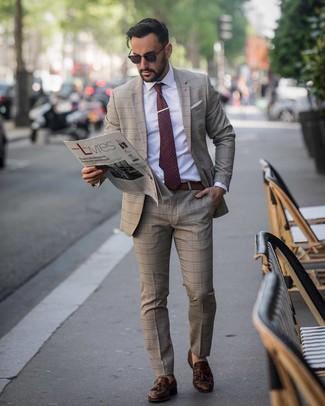 Как и с чем носить: коричневый костюм в шотландскую клетку, белая классическая рубашка, темно-коричневые кожаные лоферы с кисточками, темно-красный галстук в горошек