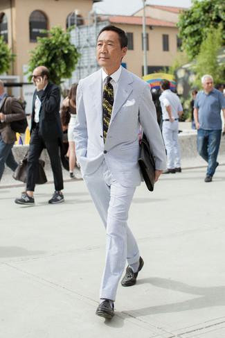 Как и с чем носить: голубой костюм из жатого хлопка, белая классическая рубашка, черные кожаные лоферы с кисточками, черный кожаный портфель