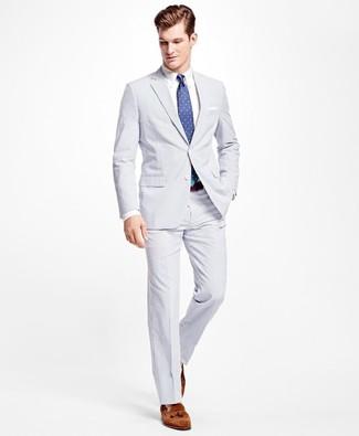 Как и с чем носить: белый костюм из жатого хлопка, белая классическая рубашка, коричневые замшевые лоферы с кисточками, синий галстук в горошек