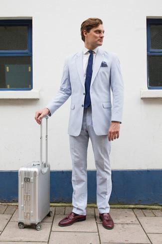 Как и с чем носить: голубой костюм из жатого хлопка, белая классическая рубашка, темно-красные кожаные лоферы с кисточками, темно-синий галстук