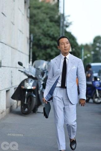 Как и с чем носить: голубой костюм из жатого хлопка, белая классическая рубашка, черные кожаные лоферы с кисточками, черный вязаный галстук