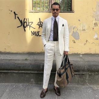 Как и с чем носить: белый льняной костюм, белая классическая рубашка в вертикальную полоску, темно-коричневые кожаные лоферы с кисточками, коричневая дорожная сумка из плотной ткани