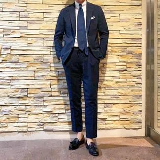 Как и с чем носить: темно-синий костюм, белая классическая рубашка, черные кожаные лоферы с кисточками, темно-синий галстук