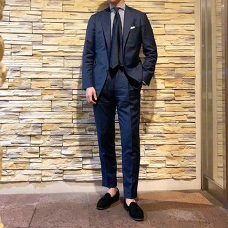Как и с чем носить: темно-синий костюм, бело-темно-синяя классическая рубашка в вертикальную полоску, черные замшевые лоферы с кисточками, темно-синий шелковый галстук