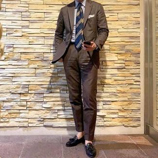 Как и с чем носить: коричневый костюм, бело-синяя классическая рубашка в вертикальную полоску, черные кожаные лоферы с кисточками, темно-синий галстук в горизонтальную полоску