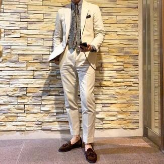 Как и с чем носить: бежевый костюм, белая классическая рубашка в вертикальную полоску, коричневые замшевые лоферы с кисточками, оливковый галстук с принтом