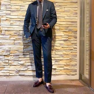Как и с чем носить: темно-синий костюм, белая классическая рубашка в вертикальную полоску, темно-красные кожаные лоферы с кисточками, темно-коричневый галстук в горошек
