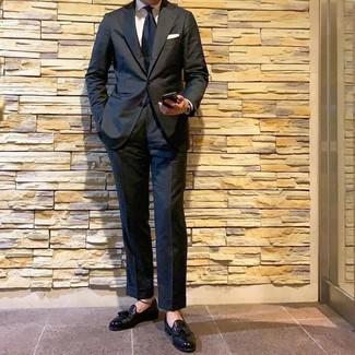 Как и с чем носить: черный костюм, белая классическая рубашка, черные кожаные лоферы с кисточками, темно-синий галстук