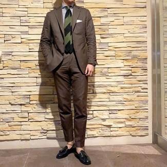 Как и с чем носить: темно-коричневый костюм, бело-темно-синяя классическая рубашка в вертикальную полоску, черные кожаные лоферы с кисточками, темно-зеленый галстук в горизонтальную полоску
