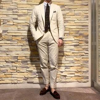 Как и с чем носить: бежевый костюм, бело-коричневая классическая рубашка в вертикальную полоску, темно-коричневые замшевые лоферы с кисточками, оливковый галстук с принтом