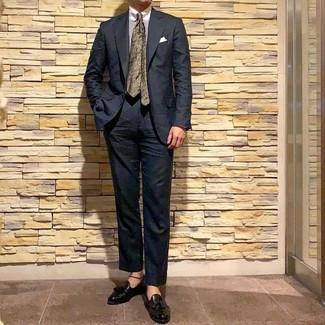 Как и с чем носить: черный костюм, белая классическая рубашка в вертикальную полоску, черные кожаные лоферы с кисточками, оливковый галстук с цветочным принтом