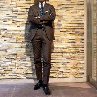 Как и с чем носить: коричневый костюм, белая классическая рубашка, черные кожаные лоферы с кисточками, темно-бирюзовый галстук с принтом