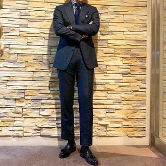 Как и с чем носить: черный костюм, бело-темно-синяя классическая рубашка в вертикальную полоску, черные кожаные лоферы с кисточками, темно-синий галстук