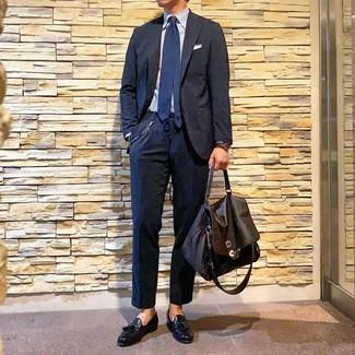 Как и с чем носить: темно-синий костюм, голубая классическая рубашка в вертикальную полоску, черные кожаные лоферы с кисточками, темно-коричневый кожаный портфель