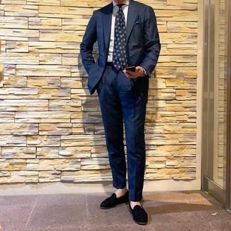 Как и с чем носить: темно-синий костюм, белая классическая рубашка в вертикальную полоску, черные замшевые лоферы с кисточками, темно-синий галстук с принтом