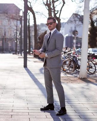 Как и с чем носить: серый костюм, белая классическая рубашка, черные кожаные лоферы с кисточками, черный галстук