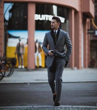 Как и с чем носить: серый костюм в вертикальную полоску, белая классическая рубашка, черные замшевые лоферы с кисточками, оливковый галстук