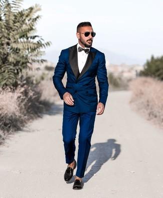 Как и с чем носить: темно-синий костюм, белая классическая рубашка, черные кожаные лоферы с кисточками, черный галстук-бабочка