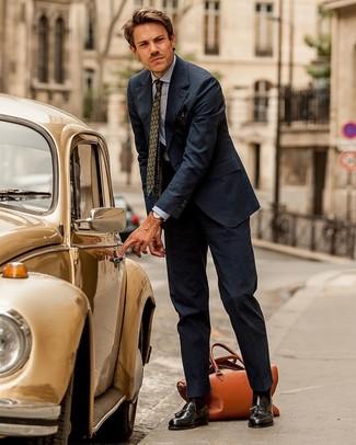 Как и с чем носить: темно-синий костюм в вертикальную полоску, голубая классическая рубашка из шамбре, темно-коричневые кожаные лоферы с кисточками, табачная кожаная дорожная сумка
