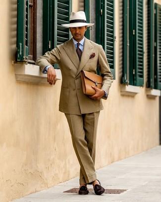 Как и с чем носить: светло-коричневый костюм, голубая классическая рубашка в вертикальную полоску, темно-коричневые замшевые лоферы с кисточками, светло-коричневый кожаный портфель