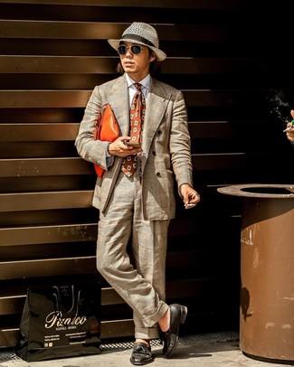 Как и с чем носить: бежевый костюм в шотландскую клетку, белая классическая рубашка, черные кожаные лоферы с кисточками, оранжевый кожаный мужской клатч