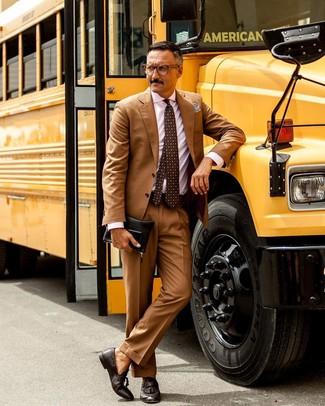 Розовая классическая рубашка в вертикальную полоску: с чем носить и как сочетать мужчине: Розовая классическая рубашка в вертикальную полоску в сочетании со светло-коричневым костюмом поможет создать стильный и в то же время изысканный ансамбль. В этот образ очень просто интегрировать пару темно-коричневых кожаных лоферов с кисточками.