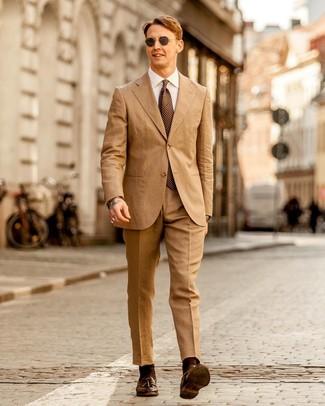 Как и с чем носить: светло-коричневый костюм, белая классическая рубашка, темно-коричневые кожаные лоферы с кисточками, коричневый галстук в горошек