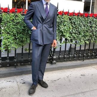 Как и с чем носить: темно-синий костюм, белая классическая рубашка, черные замшевые лоферы с кисточками, фиолетовый галстук в горизонтальную полоску