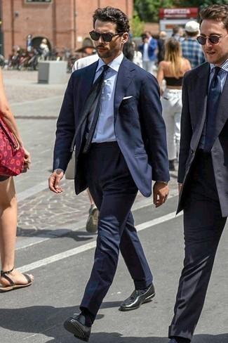 Черный вязаный галстук: с чем носить и как сочетать мужчине: Несмотря на то, что это классический образ, сочетание темно-синего костюма и черного вязаного галстука является неизменным выбором стильных мужчин, покоряя при этом дамские сердца. Если сочетание несочетаемого привлекает тебя не меньше, чем безвременная классика, дополни этот наряд черными кожаными лоферами с кисточками.