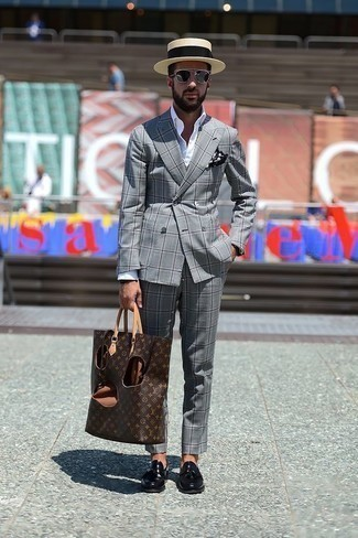 Черно-белый нагрудный платок в горошек: с чем носить и как сочетать: Такой мужской лук из серого костюма в шотландскую клетку и черно-белого нагрудного платка в горошек выглядит очень эффектно, и ты точно не останешься без женского внимания. Хотел бы привнести в этот лук немного изысканности? Тогда в качестве обуви к этому ансамблю, выбери черные кожаные лоферы с кисточками.