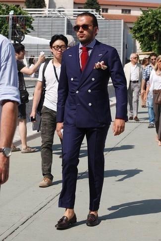 Бело-темно-синяя классическая рубашка в вертикальную полоску: с чем носить и как сочетать мужчине: Несмотря на то, что это весьма выдержанный образ, лук из бело-темно-синей классической рубашки в вертикальную полоску и темно-синего костюма приходится по вкусу стильным мужчинам, а также пленяет дамские сердца. Вместе с этим образом стильно будут выглядеть темно-коричневые кожаные лоферы с кисточками.