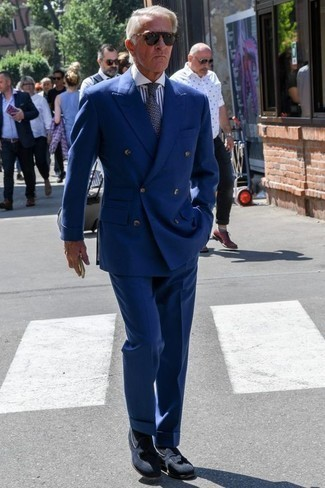 Бело-темно-синяя классическая рубашка в вертикальную полоску: с чем носить и как сочетать мужчине: Несмотря на то, что этот ансамбль довольно классический, сочетание бело-темно-синей классической рубашки в вертикальную полоску и темно-синего костюма неизменно нравится стильным молодым людям, а также пленяет сердца девушек. Пара темно-синих замшевых лоферов с кисточками очень просто интегрируется в этот образ.