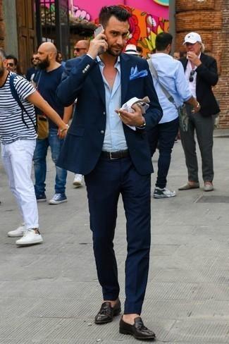 Темно-коричневые кожаные лоферы с кисточками: с чем носить и как сочетать: Несмотря на то, что это достаточно консервативный образ, тандем темно-синего костюма и голубой классической рубашки всегда будет выбором стильных молодых людей, пленяя при этом дамские сердца. В тандеме с темно-коричневыми кожаными лоферами с кисточками весь образ выглядит очень живо.