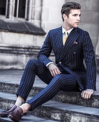 Темно-красный нагрудный платок: с чем носить и как сочетать: Несмотря на то, что это достаточно простой образ, ансамбль из темно-синего костюма в вертикальную полоску и темно-красного нагрудного платка неизменно нравится джентльменам, неизбежно покоряя при этом сердца противоположного пола. Не прочь сделать ансамбль немного элегантнее? Тогда в качестве дополнения к этому луку, выбери темно-красные кожаные лоферы с кисточками.