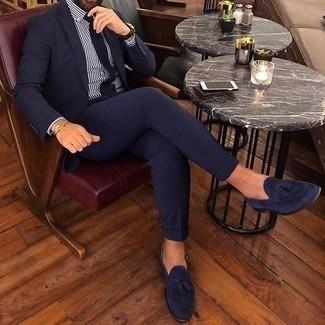 Темно-синие замшевые лоферы с кисточками: с чем носить и как сочетать: Несмотря на то, что это весьма консервативный образ, дуэт темно-синего костюма и бело-темно-синей классической рубашки в вертикальную полоску приходится по вкусу стильным молодым людям, покоряя при этом дамские сердца. Пара темно-синих замшевых лоферов с кисточками свяжет ансамбль воедино.