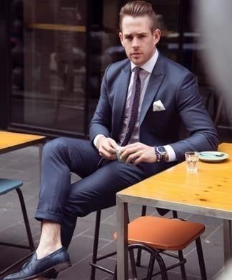 Фиолетовый галстук с принтом: с чем носить и как сочетать мужчине: Несмотря на то, что этот образ выглядит весьма сдержанно, сочетание темно-синего костюма и фиолетового галстука с принтом приходится по душе джентльменам, а также пленяет сердца дам. Поклонники смелых вариантов могут закончить ансамбль темно-синими кожаными лоферами с кисточками.