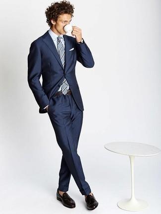 Мода для 20-летних мужчин: Несмотря на то, что это довольно консервативный ансамбль, тандем темно-синего костюма и белой классической рубашки приходится по душе стильным молодым людям, а также пленяет сердца прекрасных дам. Любишь смелые решения? Тогда дополни свой образ темно-коричневыми кожаными лоферами с кисточками.