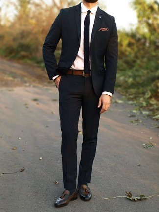 С чем носить классическую рубашку мужчине: Несмотря на то, что это достаточно консервативный образ, образ из классической рубашки и темно-синего костюма всегда будет по вкусу стильным мужчинам, непременно пленяя при этом сердца представительниц прекрасного пола. Чтобы добавить в лук толику фривольности , на ноги можно надеть коричневые кожаные лоферы с кисточками.
