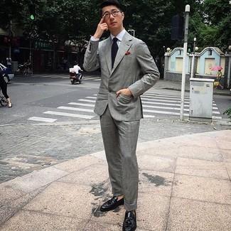 С чем носить прозрачные солнцезащитные очки мужчине: Серый костюм и прозрачные солнцезащитные очки надежно обосновались в гардеробе современных молодых людей, помогая создавать запоминающиеся и стильные образы. Не прочь добавить сюда нотку утонченности? Тогда в качестве обуви к этому ансамблю, обрати внимание на черные кожаные лоферы с кисточками.