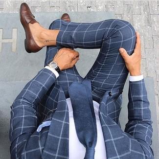 Как и с чем носить: темно-синий костюм в клетку, белая классическая рубашка, коричневые кожаные лоферы, темно-синий галстук