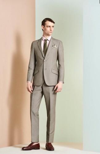 Как и с чем носить: коричневый костюм, розовая классическая рубашка, темно-красные кожаные лоферы, оливковый галстук с принтом